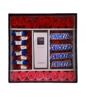 پک هدیه عطر با گل صابونی شکلات اسنیکرز