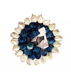 پک هدیه عطر با گل رز آبی و سفید